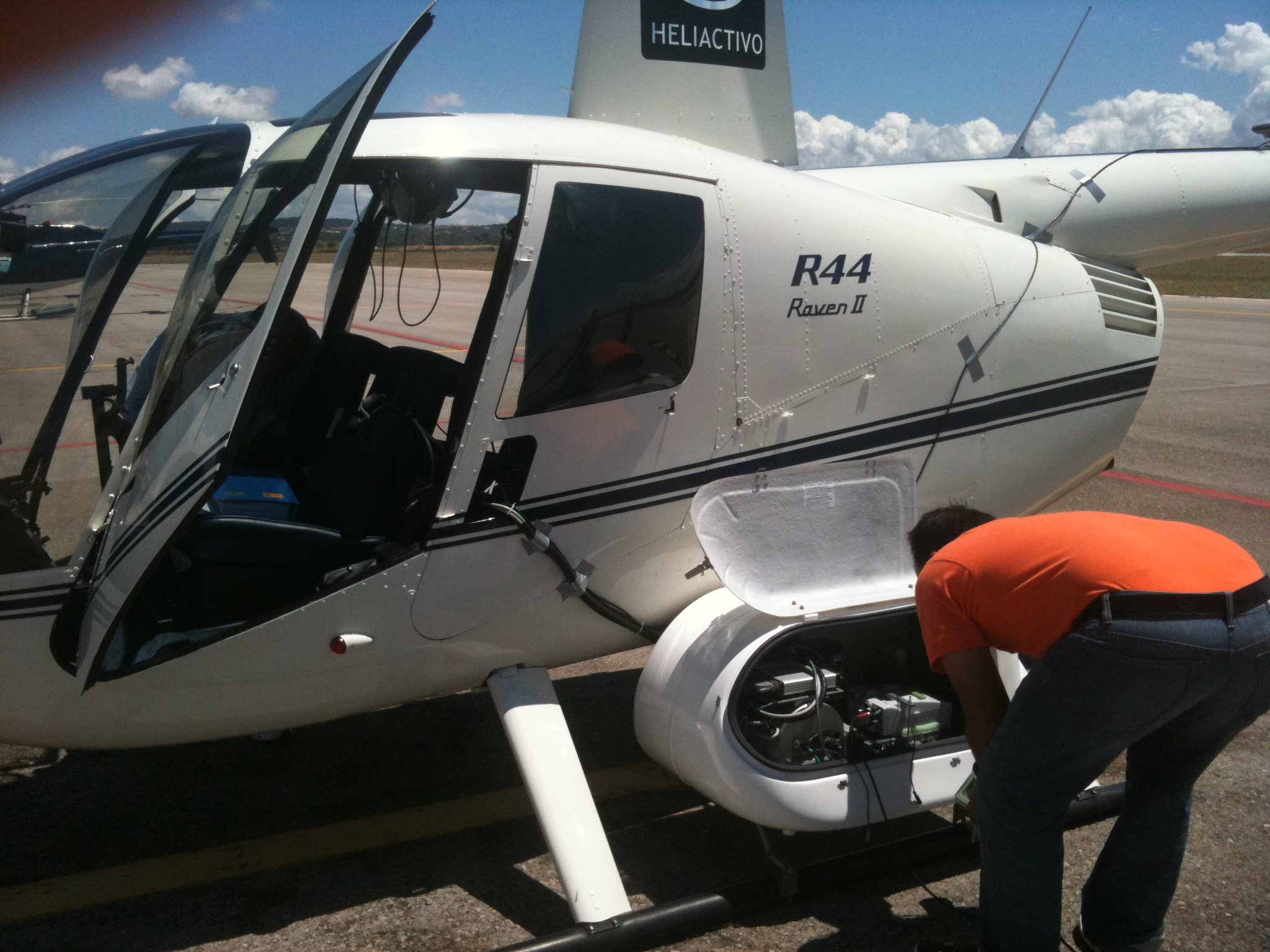 Preparando el R44 para un vuelo LIDAR en el aeródromo de Son Bonet